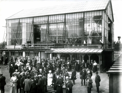 På Nordisk Film holder statister og skuespillere pause under optagelserne til filmen Folkets Ven fra 1918..jpg
